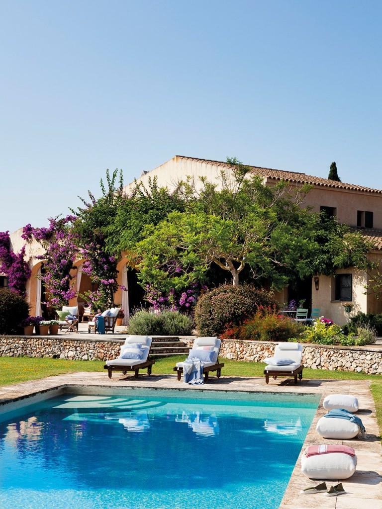 piscina_con_zona_de_tumbonas_frente_al_porche_de_la_casa_960x1280
