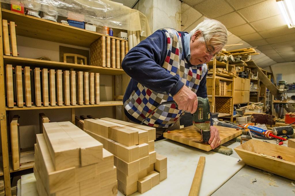 Breda Sint Jansstraat 26 De Kookwinkel Lekker Brabant Karel Elbers bezig met het fabriceren van de speciale houten snijplank.