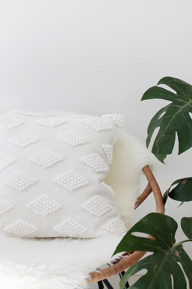 DIY-modern-pom-pom-pillow-@mollymadfis