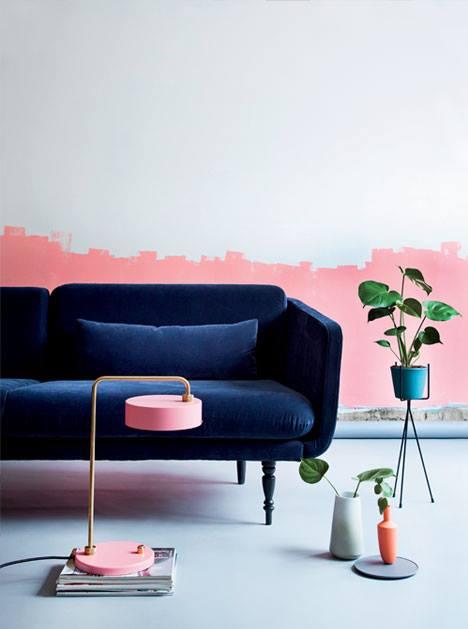 Boligliv - blauwe bank met roze verf