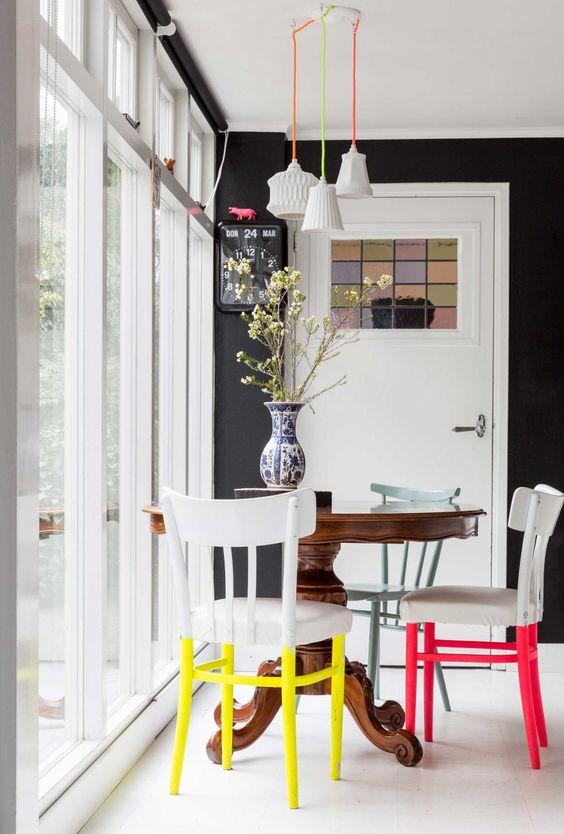eetkamer kleurrijke stoelpoten