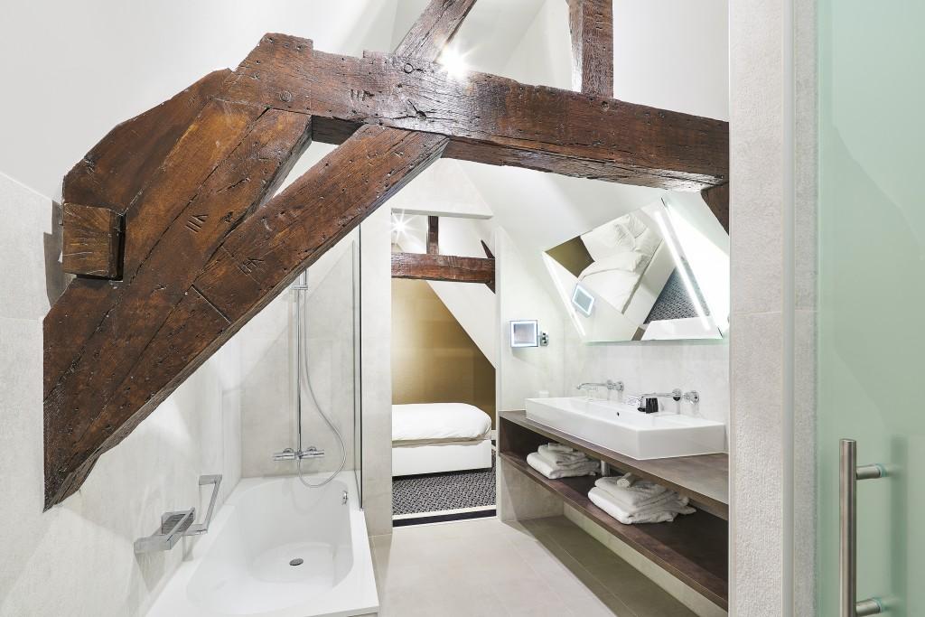 junior-suite-bathroom-1
