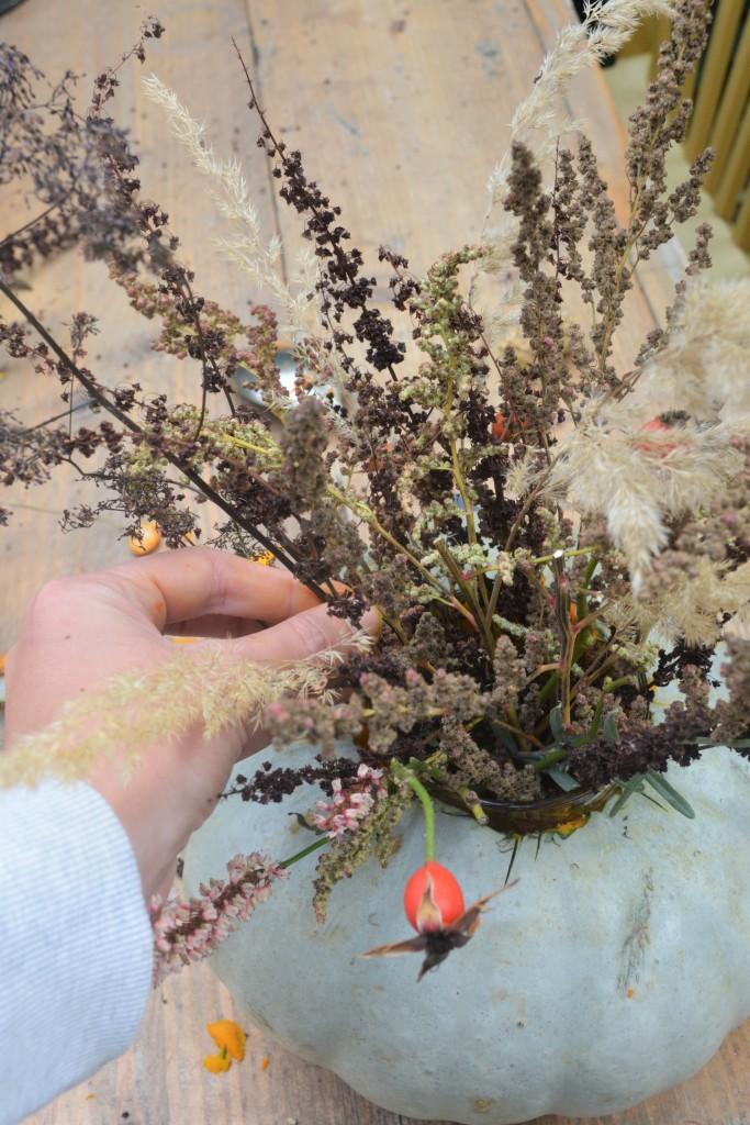 Bloemen en grassen in vaas