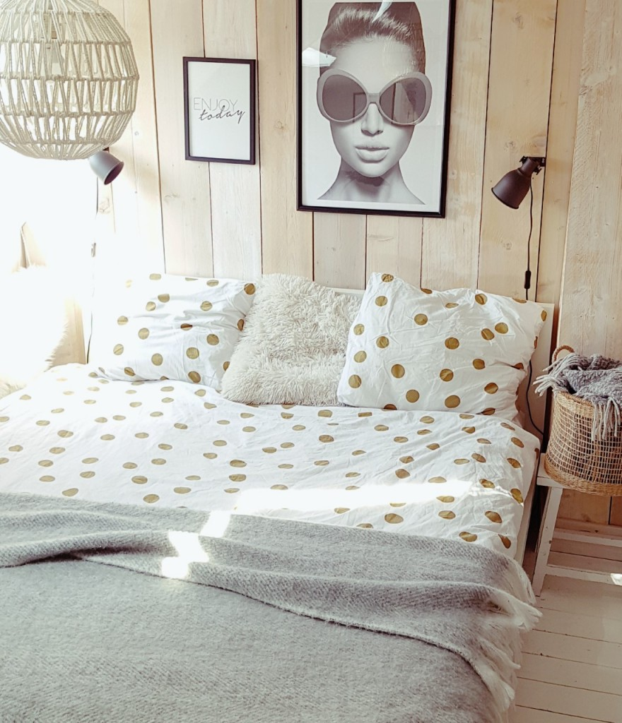 slaapkamer met stippendekbed