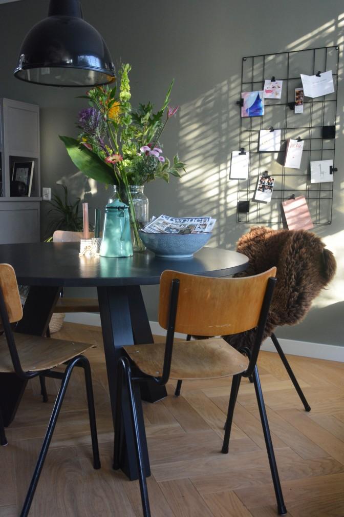 7 - eettafel met zonlicht en bloemen
