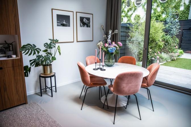 Woonkamer roze stoelen - Verno